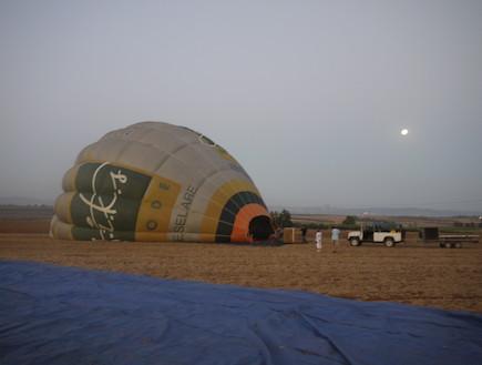 הכדור הפורח על האדמה (צילום: עמרי קירון)