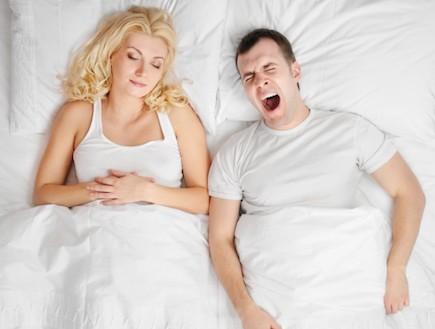 זוג במיטה גבר מפהק (צילום: אימג'בנק / Thinkstock)
