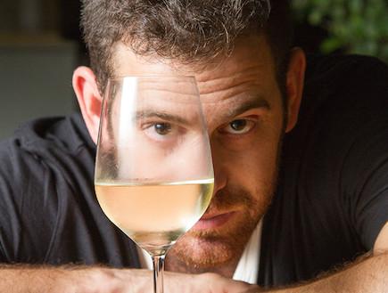 עומר מילר דרך כוס יין (צילום: ליאור קסון)