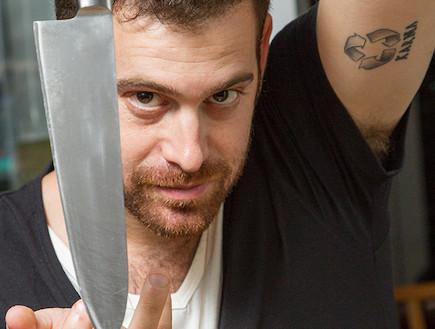 עומר מילר עם סכין (צילום: ליאור קסון)