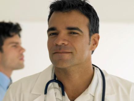 רופא עם חלוק כשברקע צעיר (צילום: אימג'בנק / Thinkstock)