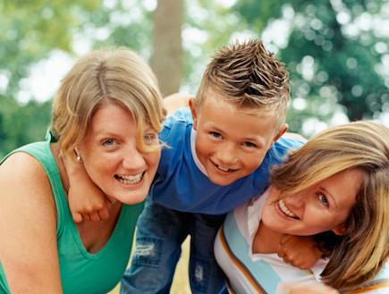 ילד עם זוג לסביות (צילום: אימג'בנק / Thinkstock)