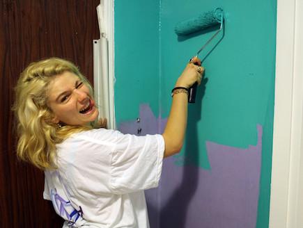 שירן אסף צובעת את הקיר (צילום: אורטל דהן)