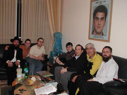 """צעירי חב""""ד באחד מביקורי המשפחות (צילום: צעירי חב""""ד)"""