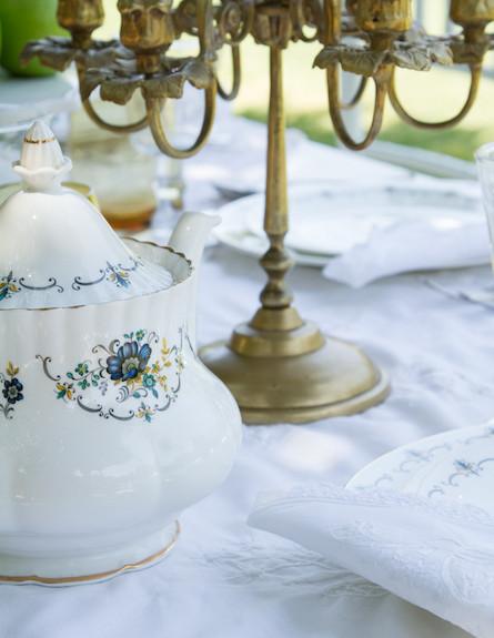 שולחן חג-קנקן תה בעיצוב רוני דה-ליידה (צילום: ליאור קסון)