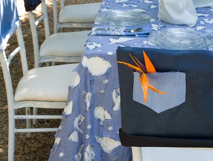 שולחן חג-מפה כחולה בעיצוב שלומי ושמוליק (צילום: ליאור קסון)