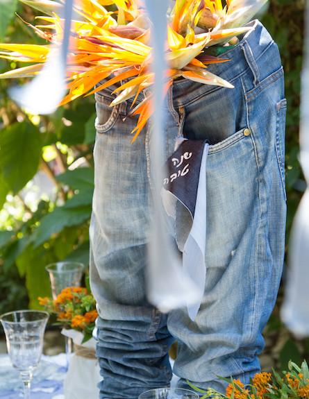 שולחן חג-ג'ינס עם פרחים בעיצוב שלומי ושמוליק (צילום: ליאור קסון)