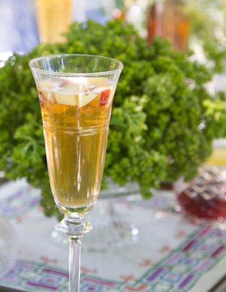 שולחן חג-כוס שמפנייה בעיצוב הבאר של סבא (צילום: ליאור קסון)
