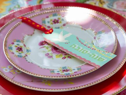 שולחן חג-צלחות בורוד בעיתוב אורית זילברמן (צילום: ליאור קסון)