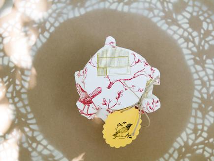שולחן חג-צנצנת עטופה בבד בעיצוב נעמי ונאוה (צילום: ליאור קסון)