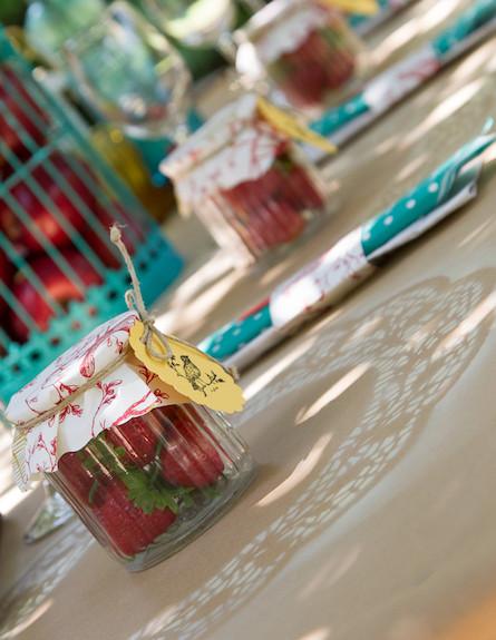 שולחן חג-צנצנת תותים בעיצוב נעמי ונאוה2 (צילום: ליאור קסון)