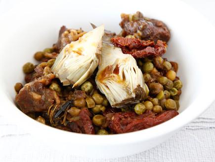 תבשיל בשר עם ארטישוק ואפונה (צילום: אפיק גבאי, אוכל טוב)