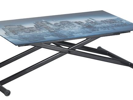 שולחן מתכוונן עם צילום של קו האופק בניו יורק (צילום: ישראל כהן)