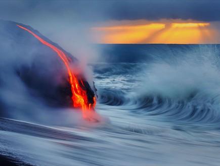 לבה ומים בחוף הים בהוואי