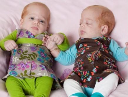 """בגדי תינוקות פגים של preemee (צילום: ענת זילברמן גנדלין, """"מון לייט"""")"""