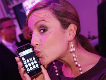 נשיקה לאייפון (צילום: Jens Koch, GettyImages IL)