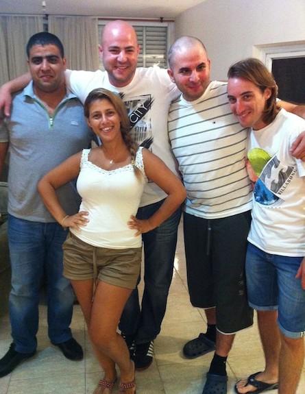 רועי פיינמן עם החברים (צילום: תומר ושחר צלמים)