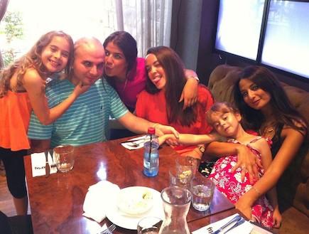 רועי פיינמיין עם אחיותיו במסעדה (צילום: תומר ושחר צלמים)