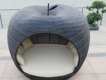 להשתרע בחצר בתוך תפוח ענק 2 - (צילום: מתוך - www.rattangardenfurnitureonli)