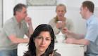 בחורה עצובה מאחוריה אנשים בשולחן (צילום: אימג'בנק / Thinkstock)