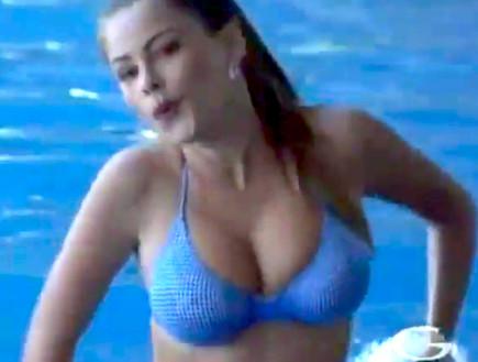 סופיה ורגרה קופצת בבריכה (צילום: יוטיוב )