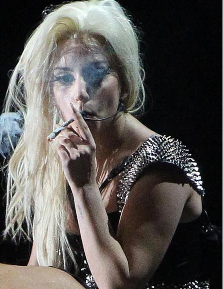 ליידי גאגא מעשנת סמים