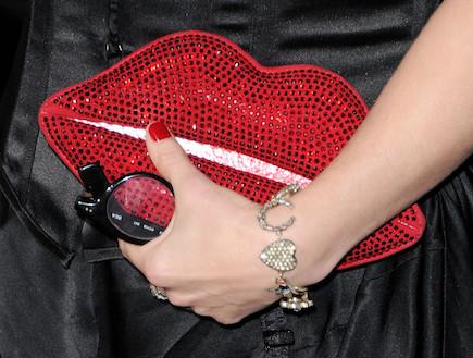 תיק יד בצורת שפתיים (צילום: Jason Merritt, GettyImages IL)