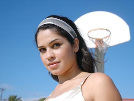 צעירה עם סל מאחוריה (צילום: אימג'בנק / Thinkstock)