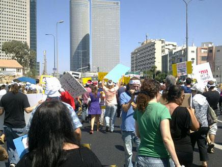 חי: עובדי מעריב צועדים למטה IDB (צילום: חדשות 2)