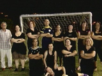 קבוצת הנשים שהחלו לשחק כדורגל בכדי לרזות (צילום: חדשות 2)