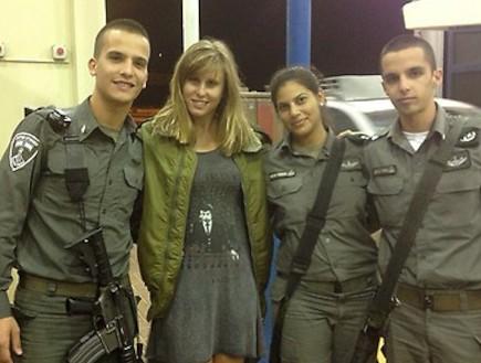 אלין לוי עם החיילים במחסום עופר אחרי התקיפה (צילום: twitter, טוויטר)