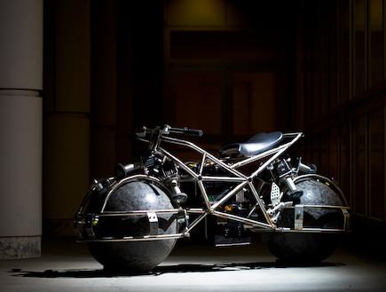 אופנוע עם כדור במקום גלגל