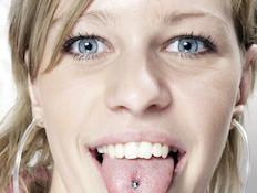 נערה עם עגיל בלשון (צילום: אימג'בנק / Thinkstock)
