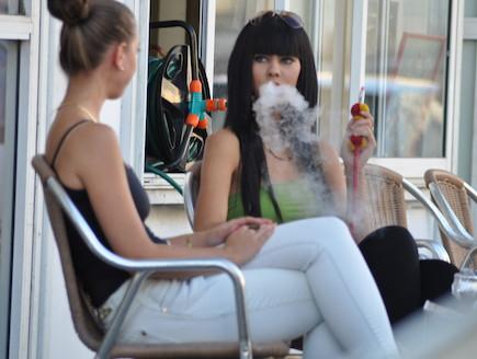 דלית זריהן מעשנת נרגילה (צילום: צ'ינו פפראצי)