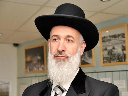 הרב יונה מצגר במווזיאון גוש קטיף (צילום: שי גפן, באדיבות מוזיאון גוש קטיף בירושלים)