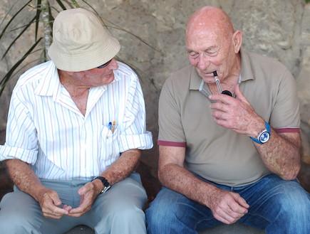 """הלוחמים מדברים (צילום: יעל שלח, עיתון """"במחנה"""")"""