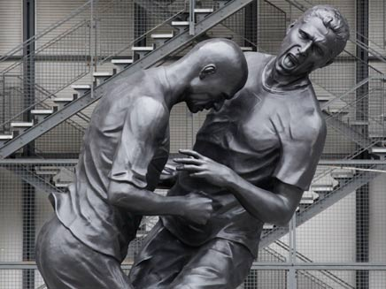 פסל הנגיחה במרכז פריז (צילום: AP)