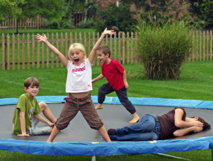 ילדים קופצים על טרמפולינה (צילום: אימג'בנק / Thinkstock)