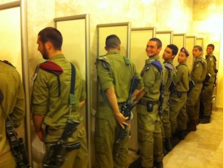 חיילים בשירותי הכותל (צילום: ניר בן הרוש)