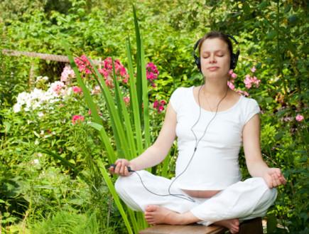 אישה בהריון נרגעת בגינה (צילום: אימג'בנק / Thinkstock)