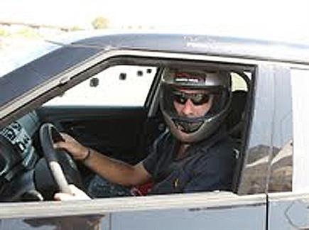 ואם כולנו היינו נראים כך בכביש? אלי אילדיס מדגים נהיגה בטוחה (באדי (צילום: ספורט 5)