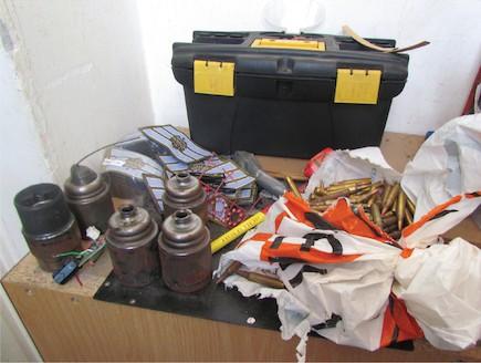 """המטענים שנמצאו בביתו של החייל (צילום: במחנה, עיתון """"במחנה"""")"""