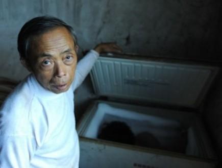 טיאן שואמינג - שמר את גופת בנו במקפיא (צילום: odditycentral.com)