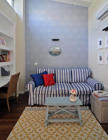 ספה עם פסים (צילום: שי אדם)