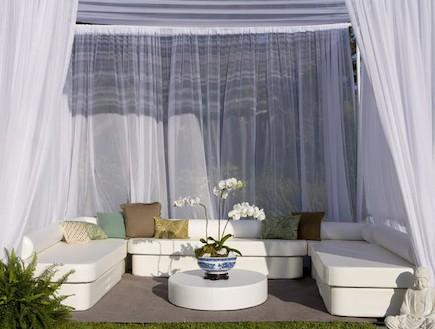 פינת ישיבה עם וילון לבן (צילום: home infatuation.com)