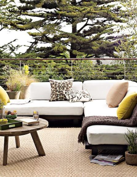 ספה לבנה עם כריות צהובות (צילום: westelm)