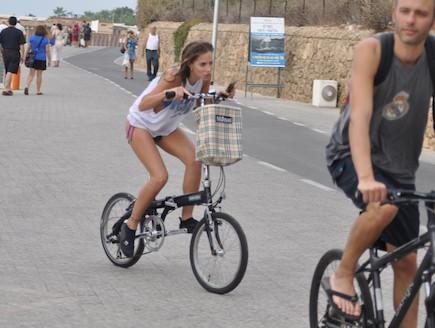 שרי גבעתי על אופניים