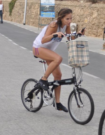 שרי גבעתי על אופניים (צילום: צ'ינו פפראצי)