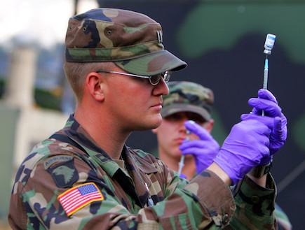 חייל ומזרק (צילום: Paula Bronstein, GettyImages IL)
