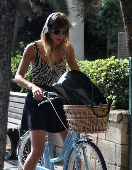 אלין לוי על האופניים עם אוזניות (צילום: צ'ינו פפראצי)